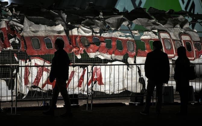 La riproduzione dell'aereo della compagnia Itavia DC-9 esploso sui cieli di Ustica, esposto al centro commerciale Porte di Roma, 25 marzo 2016 a Roma. ANSA/ MASSIMO PERCOSSI