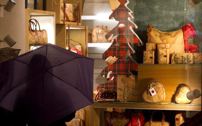Luci natalizie accese e vetrine di negozi  nel centro di Roma. ANSA/CLAUDIO PERI